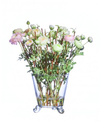 Композиция Ранункулусы бело-розовые с веточками в дизайн-стекле с водой, 36см